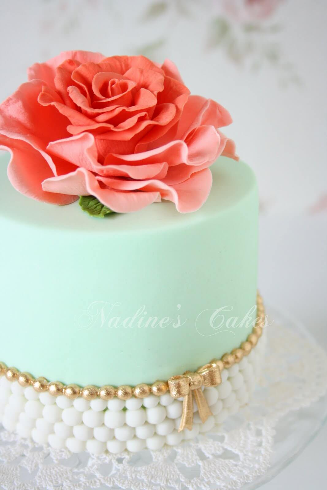 Un pastel elegante en tonos claros y con flor