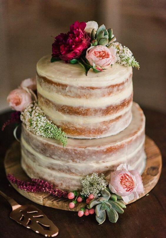 Torta con rosas rojas y rosadas