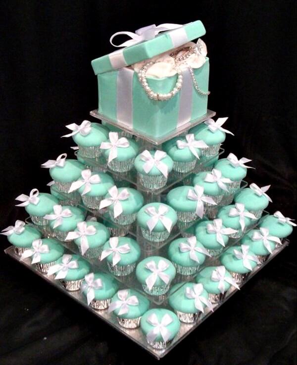 Torta de muffins color azul celeste