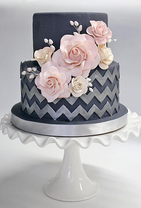 Torta elegante color negro hecha con flores y fondant