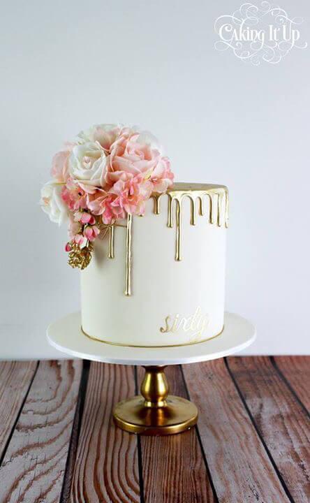 Sencilla torta hecha con mucho fondant y rosas de dulce