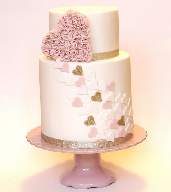 Pastel elegante elaborado con fondant